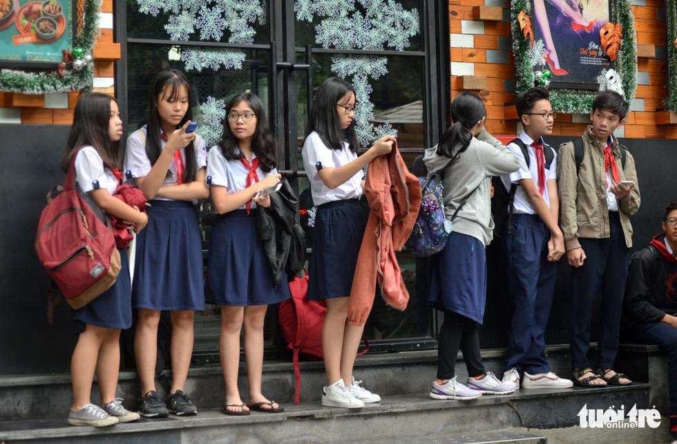 Nhiều trường ở Sài Gòn cho học sinh nghỉ sớm tránh bão Tembin - Ảnh 8.