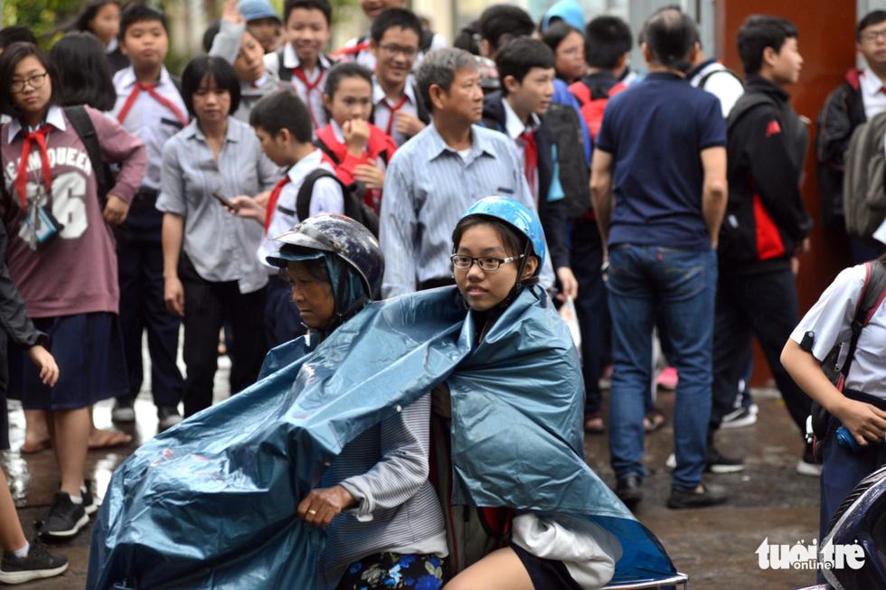 Nhiều trường ở Sài Gòn cho học sinh nghỉ sớm tránh bão Tembin - Ảnh 9.