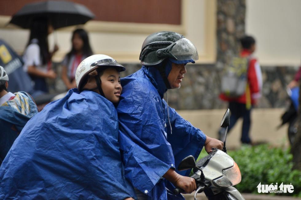 Nhiều trường ở Sài Gòn cho học sinh nghỉ sớm tránh bão Tembin - Ảnh 10.
