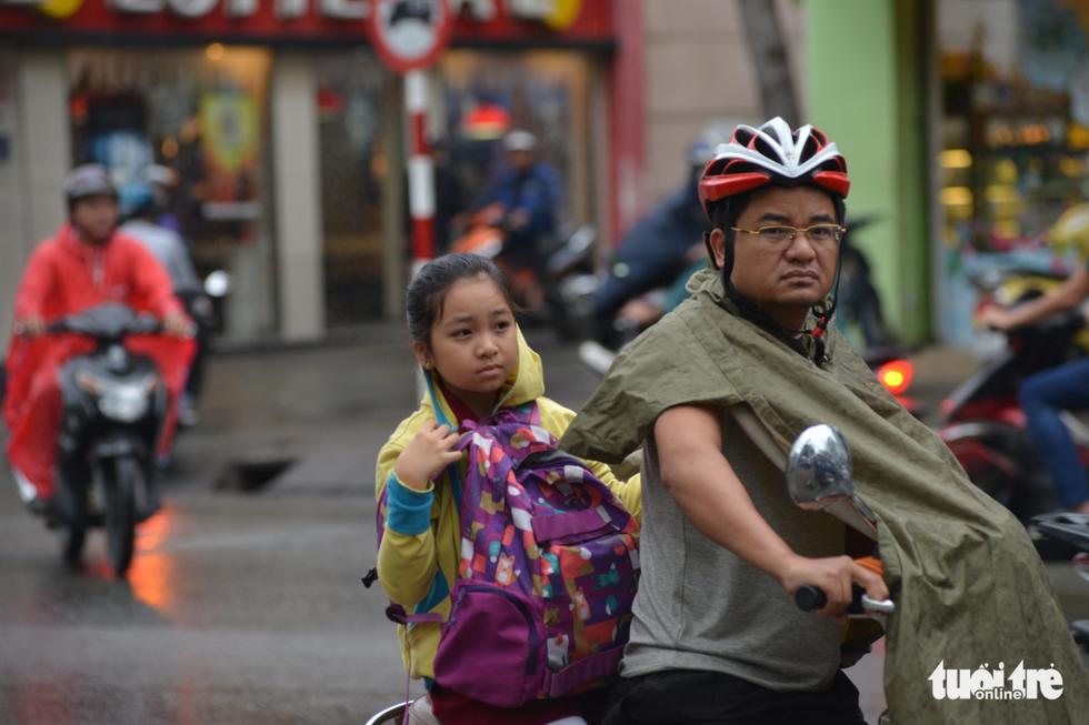 Nhiều trường ở Sài Gòn cho học sinh nghỉ sớm tránh bão Tembin - Ảnh 12.
