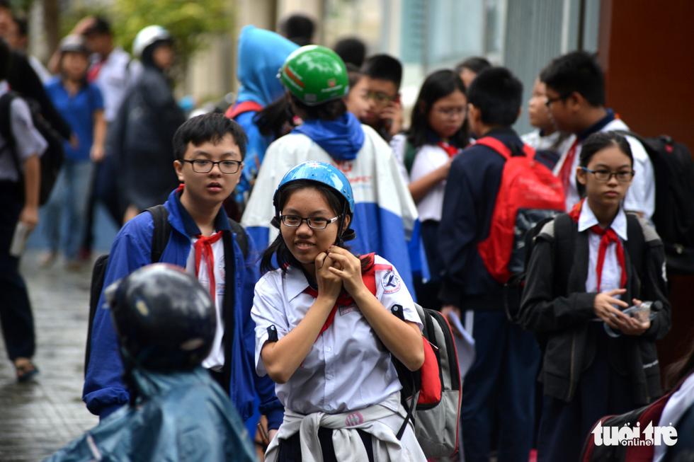 Nhiều trường ở Sài Gòn cho học sinh nghỉ sớm tránh bão Tembin - Ảnh 13.