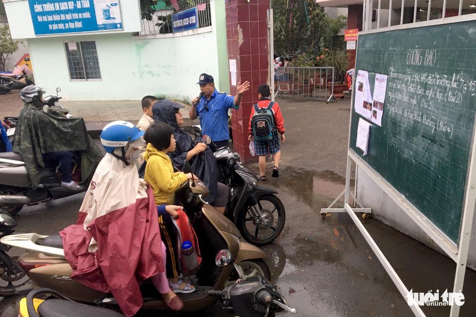 Nhiều trường ở Sài Gòn cho học sinh nghỉ sớm tránh bão Tembin - Ảnh 15.