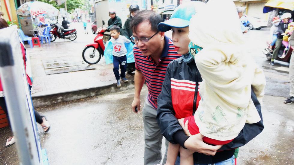 Nhiều trường ở Sài Gòn cho học sinh nghỉ sớm tránh bão Tembin - Ảnh 5.