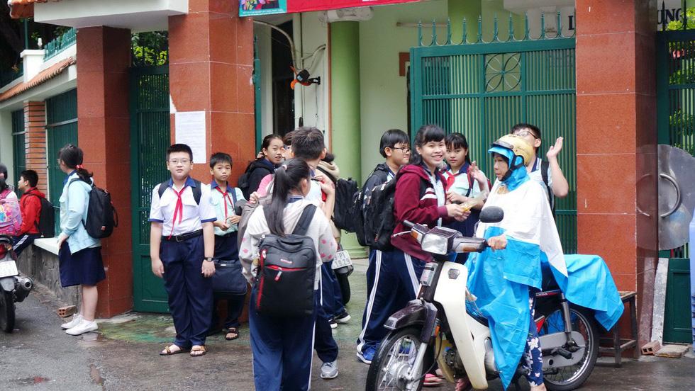 Nhiều trường ở Sài Gòn cho học sinh nghỉ sớm tránh bão Tembin - Ảnh 18.
