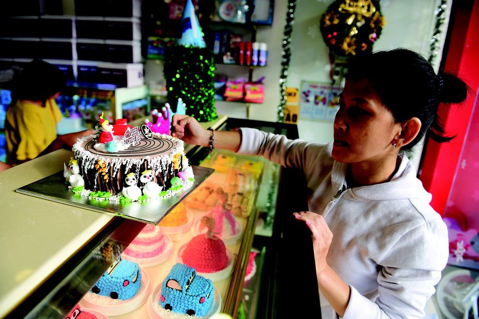 Bánh kem Noel trúng lớn, tiệc Giáng sinh hút khách - Ảnh 2.
