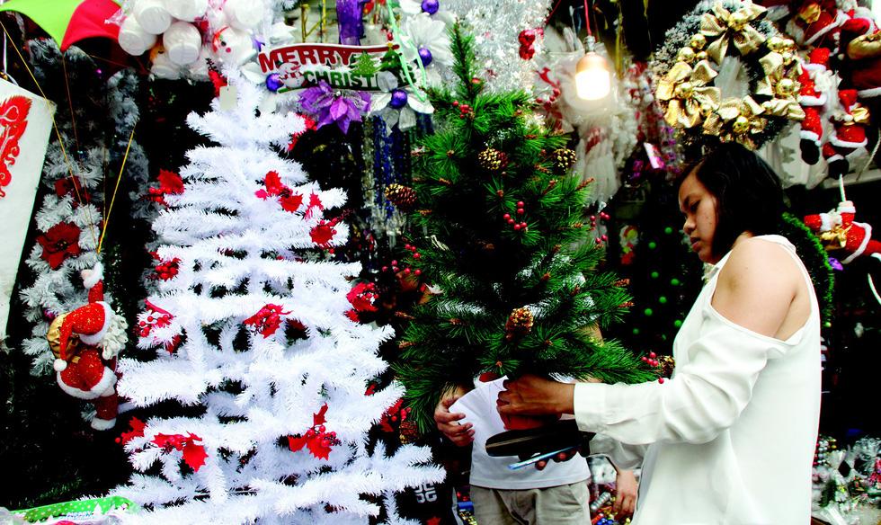 Bánh kem Noel trúng lớn, tiệc Giáng sinh hút khách - Ảnh 1.