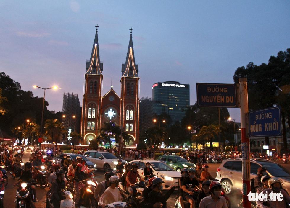 Trung tâm Sài Gòn đông nghẹt đêm Giáng sinh - Ảnh 1.