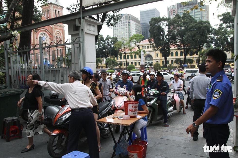 Trung tâm Sài Gòn đông nghẹt đêm Giáng sinh - Ảnh 2.
