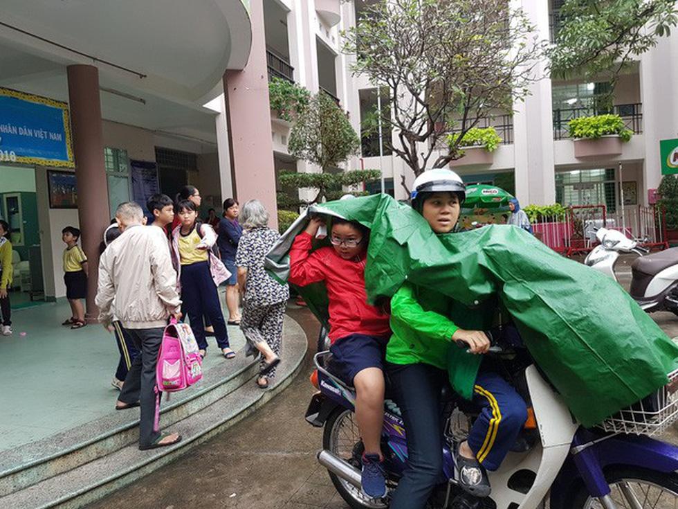 Nhiều trường ở Sài Gòn cho học sinh nghỉ sớm tránh bão Tembin - Ảnh 16.