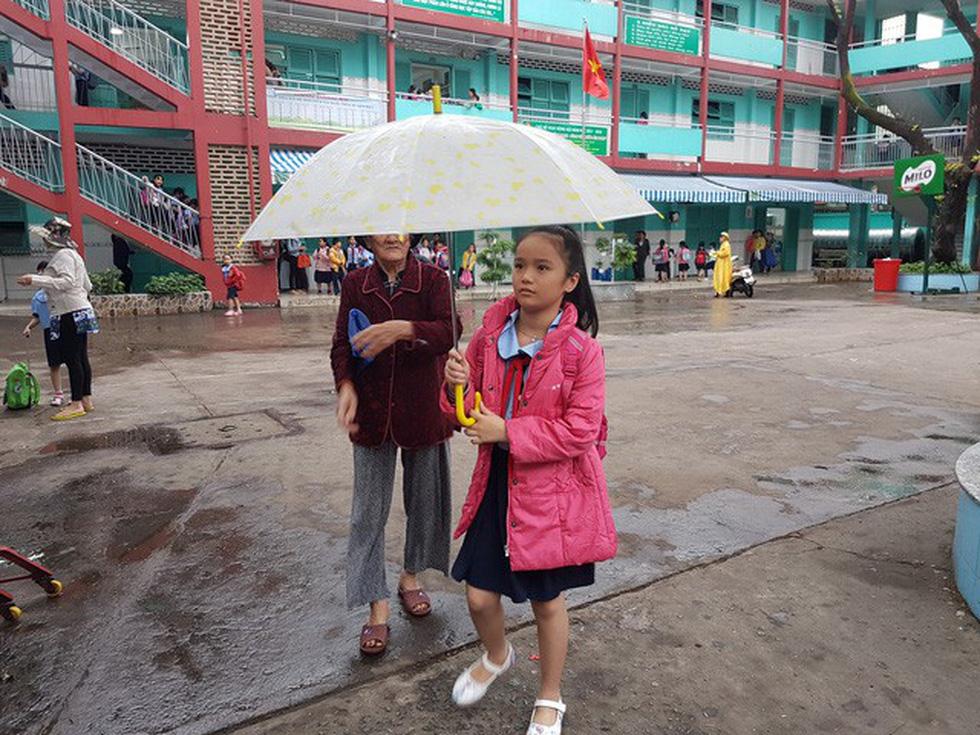 Nhiều trường ở Sài Gòn cho học sinh nghỉ sớm tránh bão Tembin - Ảnh 17.
