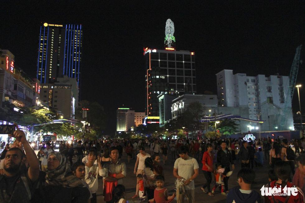 Trung tâm Sài Gòn đông nghẹt đêm Giáng sinh - Ảnh 12.