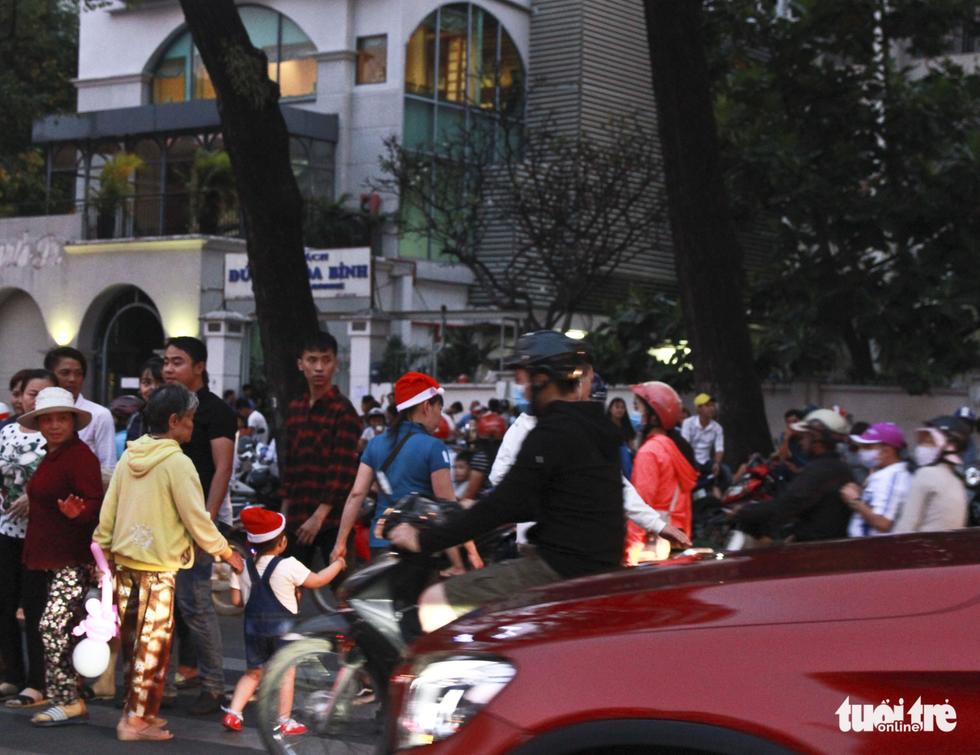 Trung tâm Sài Gòn đông nghẹt đêm Giáng sinh - Ảnh 4.