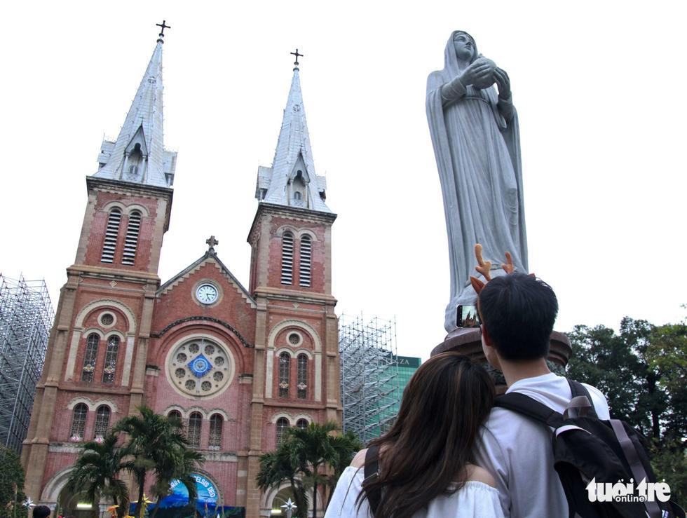 Trung tâm Sài Gòn đông nghẹt đêm Giáng sinh - Ảnh 5.