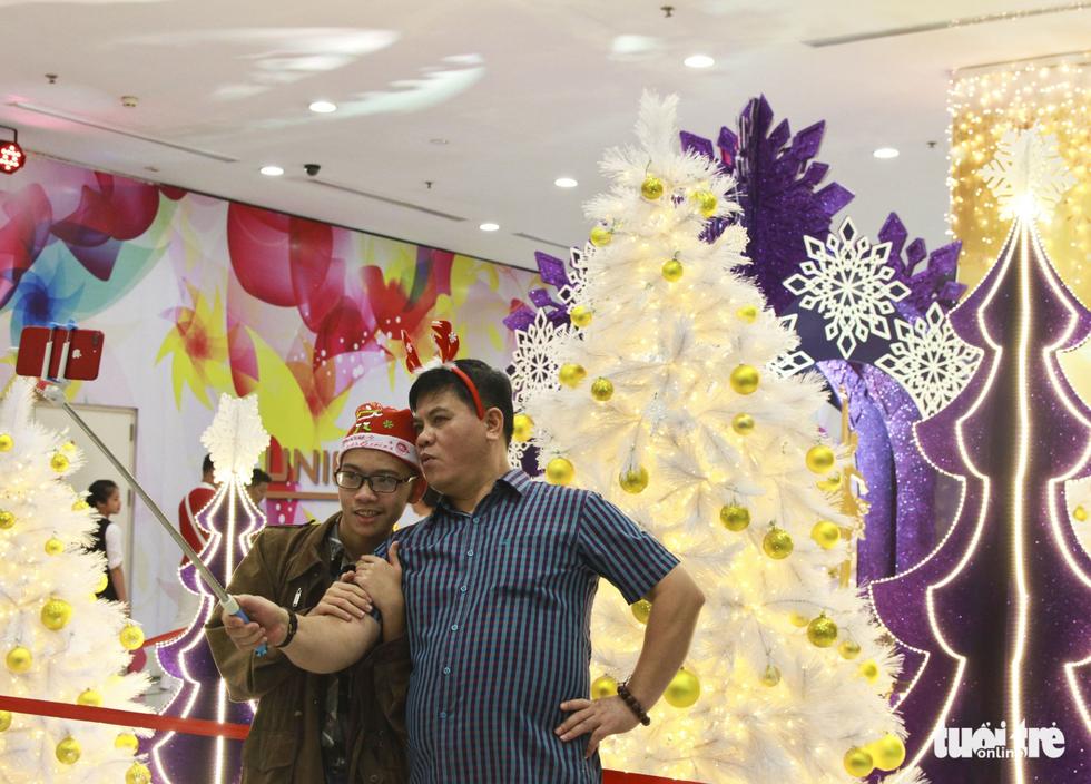 Trung tâm Sài Gòn đông nghẹt đêm Giáng sinh - Ảnh 10.