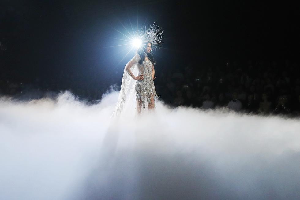 Minh Tú và dàn người mẫu hóa nữ thần show Chung Thanh Phong - Ảnh 9.