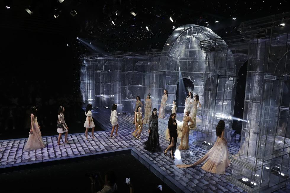 Minh Tú và dàn người mẫu hóa nữ thần show Chung Thanh Phong - Ảnh 10.