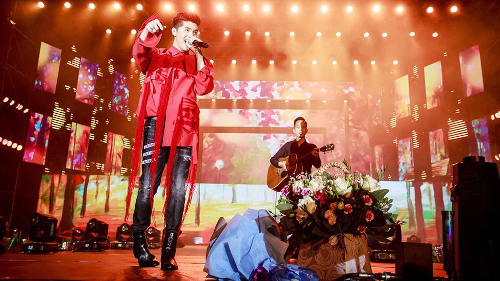 Noo Phước Thịnh tự làm MC, hát live trước 20.000 khán giả - Ảnh 7.