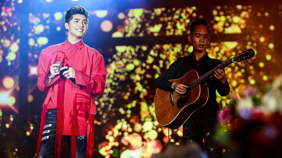 Noo Phước Thịnh tự làm MC, hát live trước 20.000 khán giả - Ảnh 1.
