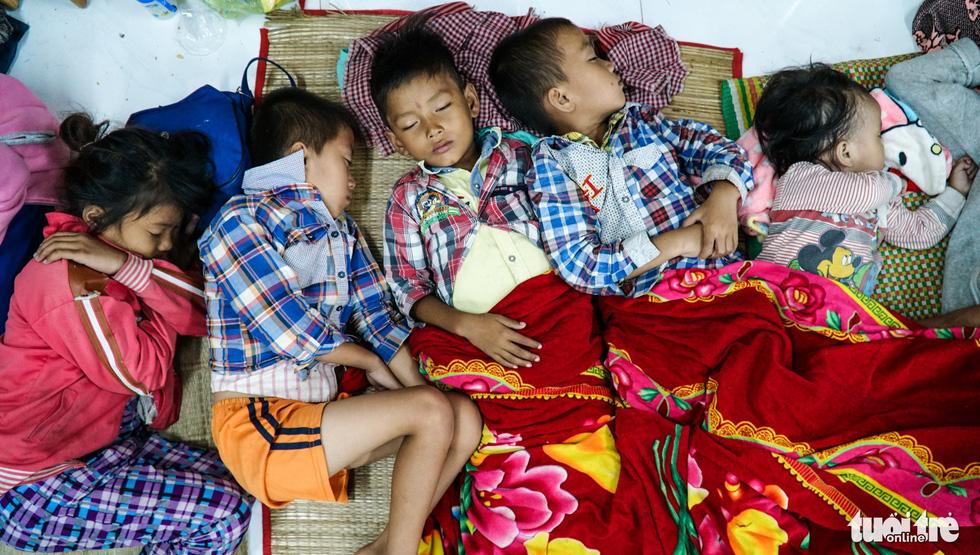 2.000 trẻ đất mũi Cà Mau trú bão trong đêm lạnh - Ảnh 1.