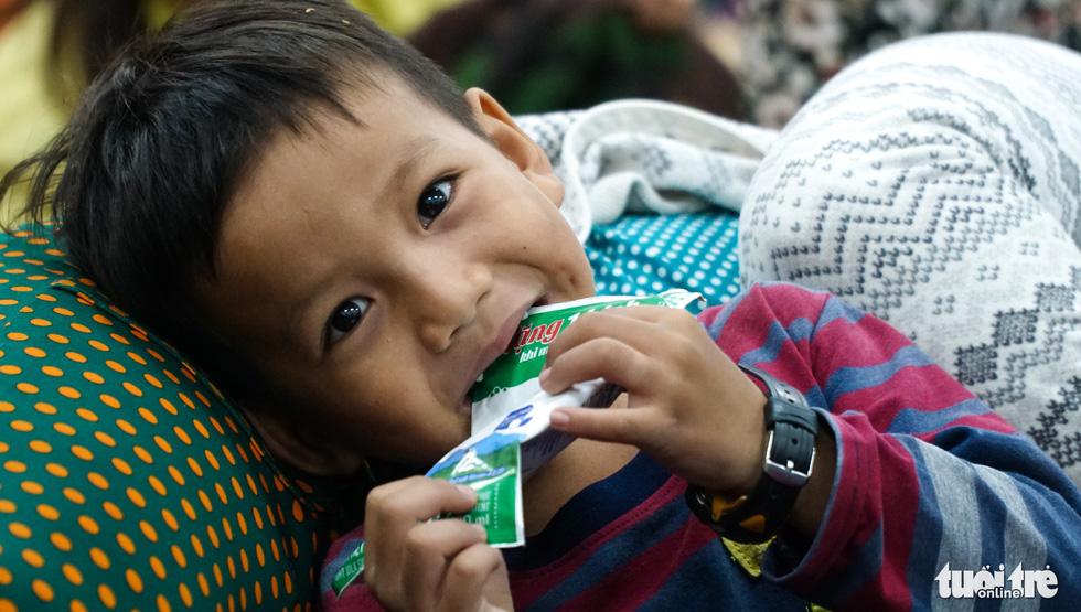 2.000 trẻ đất mũi Cà Mau trú bão trong đêm lạnh - Ảnh 15.