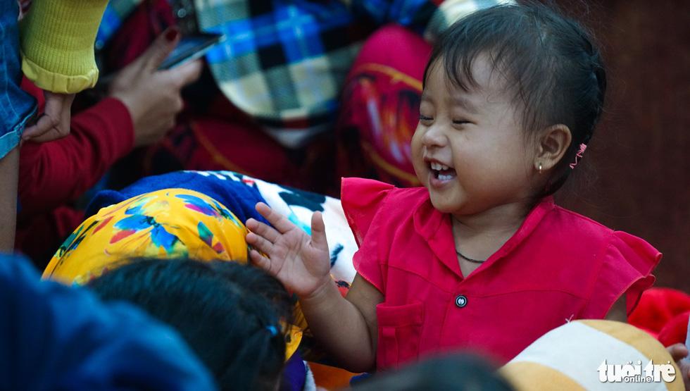 2.000 trẻ đất mũi Cà Mau trú bão trong đêm lạnh - Ảnh 17.