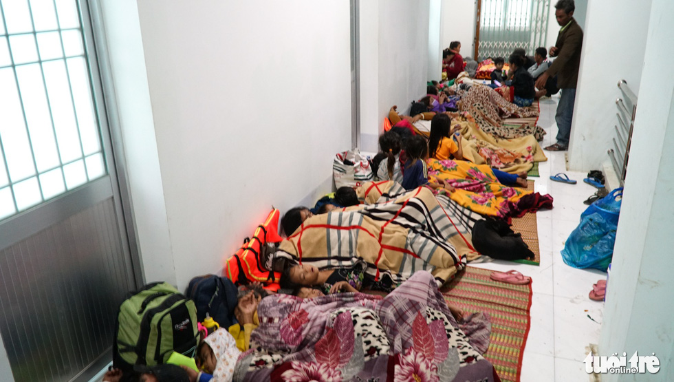 2.000 trẻ đất mũi Cà Mau trú bão trong đêm lạnh - Ảnh 8.