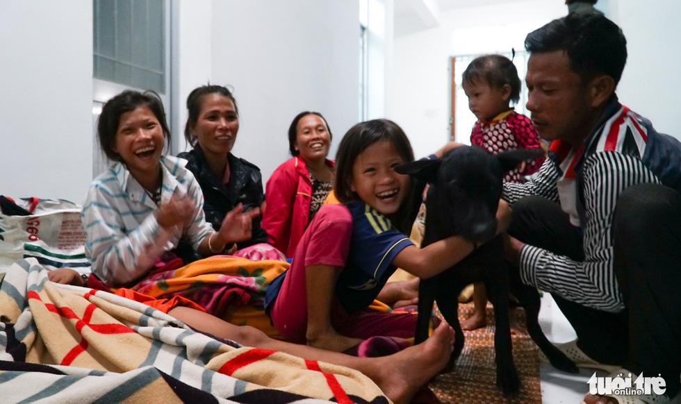 2.000 trẻ đất mũi Cà Mau trú bão trong đêm lạnh - Ảnh 16.