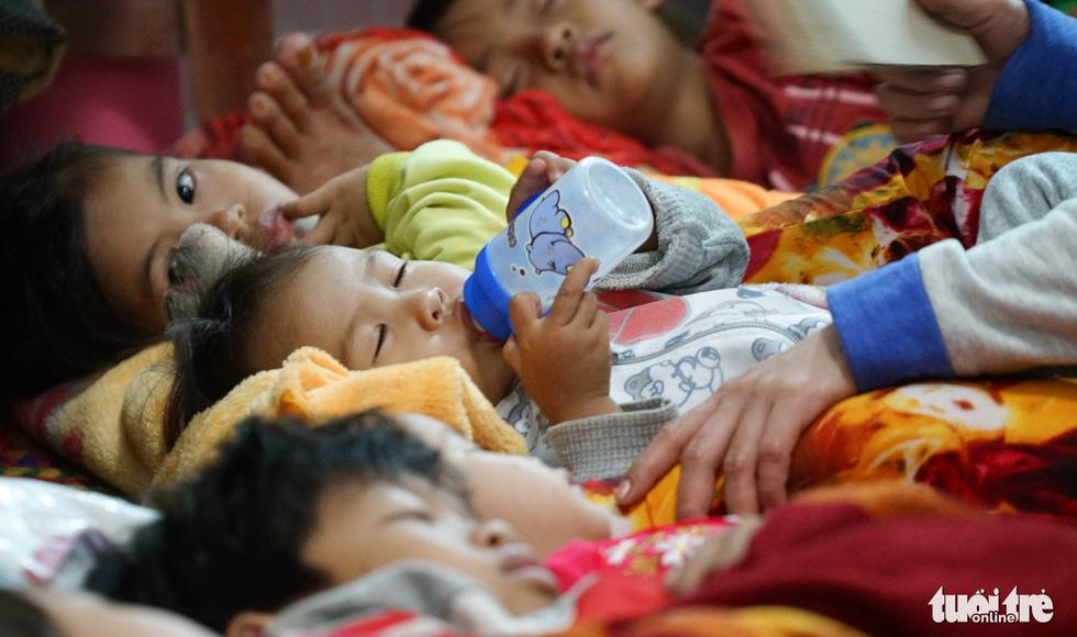 2.000 trẻ đất mũi Cà Mau trú bão trong đêm lạnh - Ảnh 3.