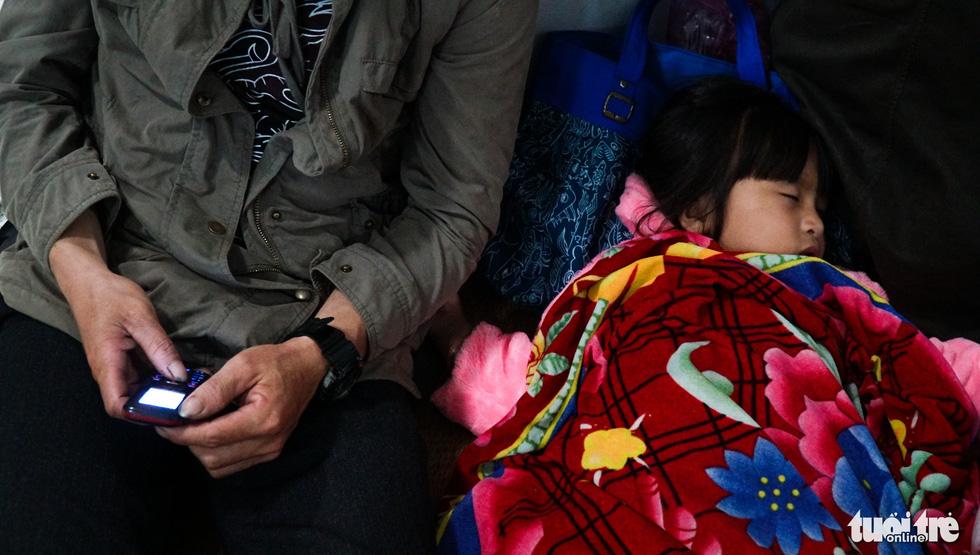 2.000 trẻ đất mũi Cà Mau trú bão trong đêm lạnh - Ảnh 9.