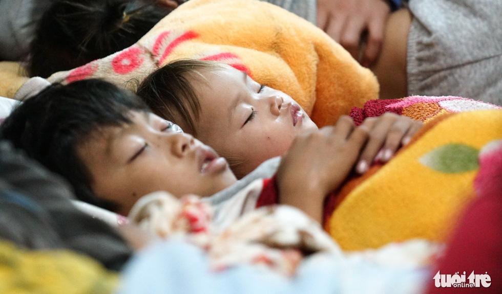 2.000 trẻ đất mũi Cà Mau trú bão trong đêm lạnh - Ảnh 13.