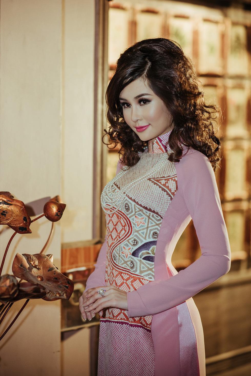 Lê Âu Ngân Anh làm người mẫu áo dài mới của Võ Việt Chung - Ảnh 3.