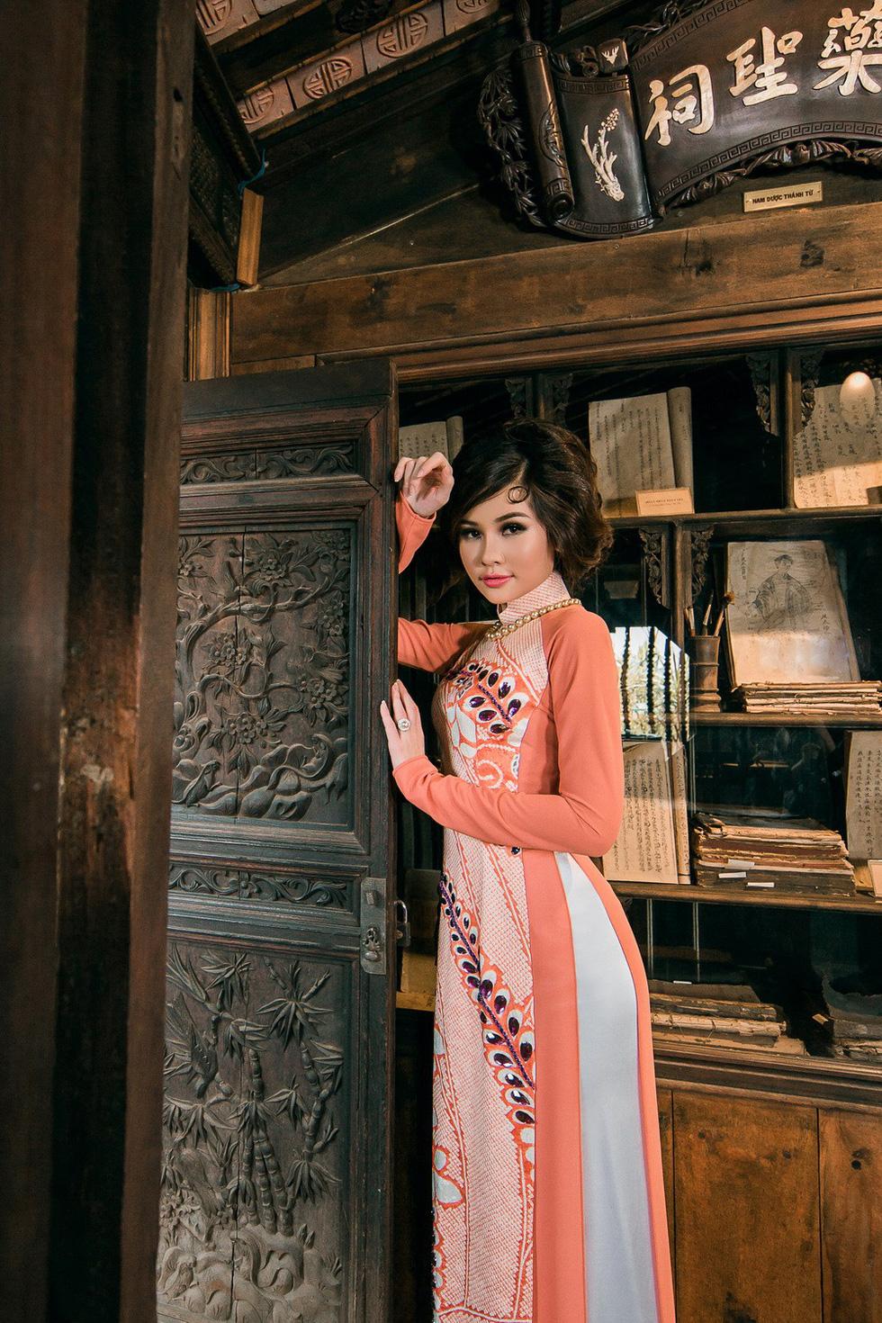 Lê Âu Ngân Anh làm người mẫu áo dài mới của Võ Việt Chung - Ảnh 1.