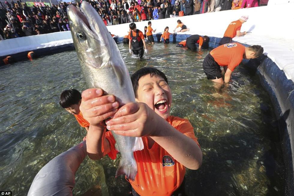 Sang Hàn Quốc và Trung Quốc vui lễ hội băng tuyết - Ảnh 1.