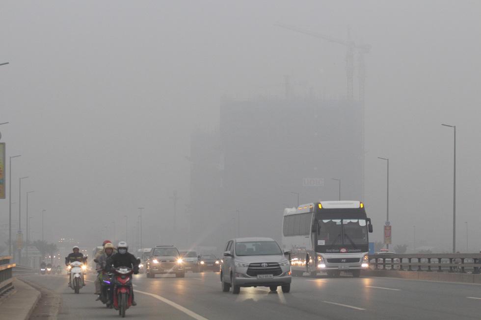 Đến gần trưa, Hà Nội vẫn chìm trong sương mù - Ảnh 4.
