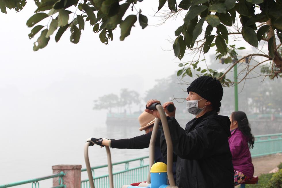 Đến gần trưa, Hà Nội vẫn chìm trong sương mù - Ảnh 11.