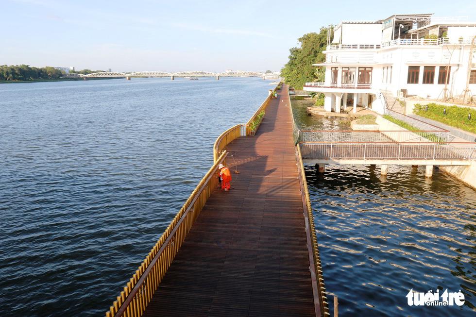 Cận cảnh cầu đi bộ bằng gỗ lim dọc sông Hương - Ảnh 1.