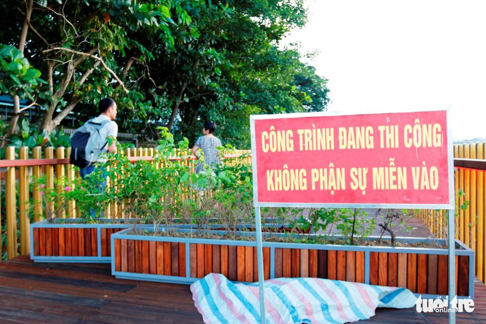 Cận cảnh cầu đi bộ bằng gỗ lim dọc sông Hương - Ảnh 9.