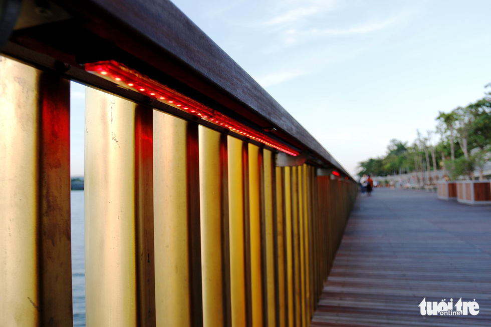 Cận cảnh cầu đi bộ bằng gỗ lim dọc sông Hương - Ảnh 8.