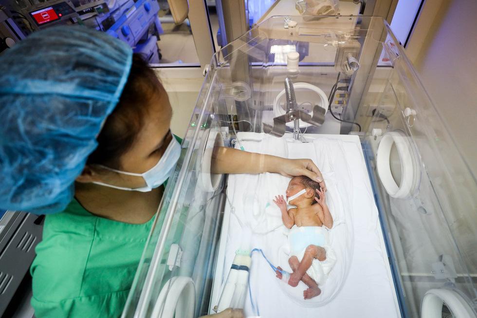 Tận tụy những người mẹ chăm trẻ sinh non - Ảnh 1.