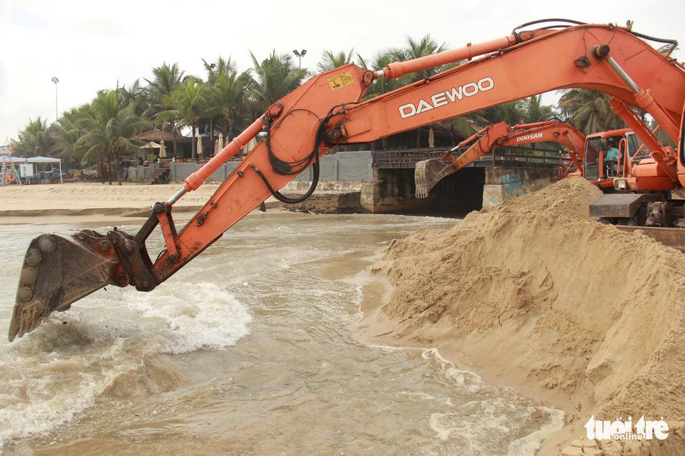 Sau đêm mưa, ven biển Đà Nẵng xuất hiện hố sạt lở lớn - Ảnh 4.