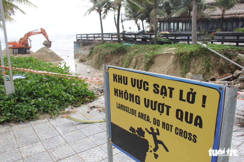 Sau đêm mưa, ven biển Đà Nẵng xuất hiện hố sạt lở lớn - Ảnh 3.