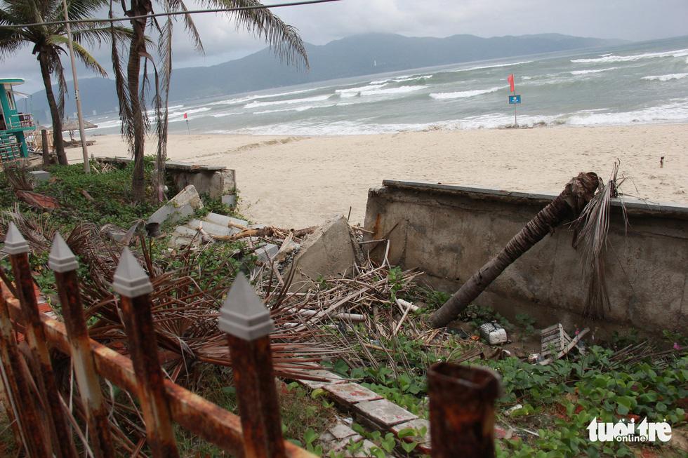 Sau đêm mưa, ven biển Đà Nẵng xuất hiện hố sạt lở lớn - Ảnh 8.