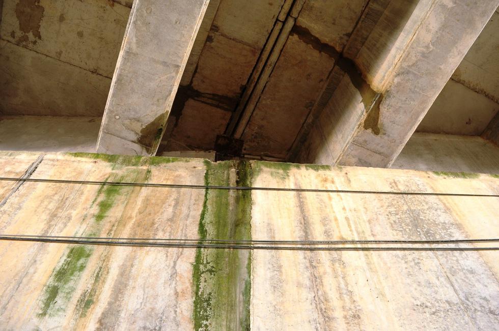 Thêm nhiều cây cầu trên cao tốc Đà Nẵng-Quảng Ngãi thấm nước - Ảnh 1.