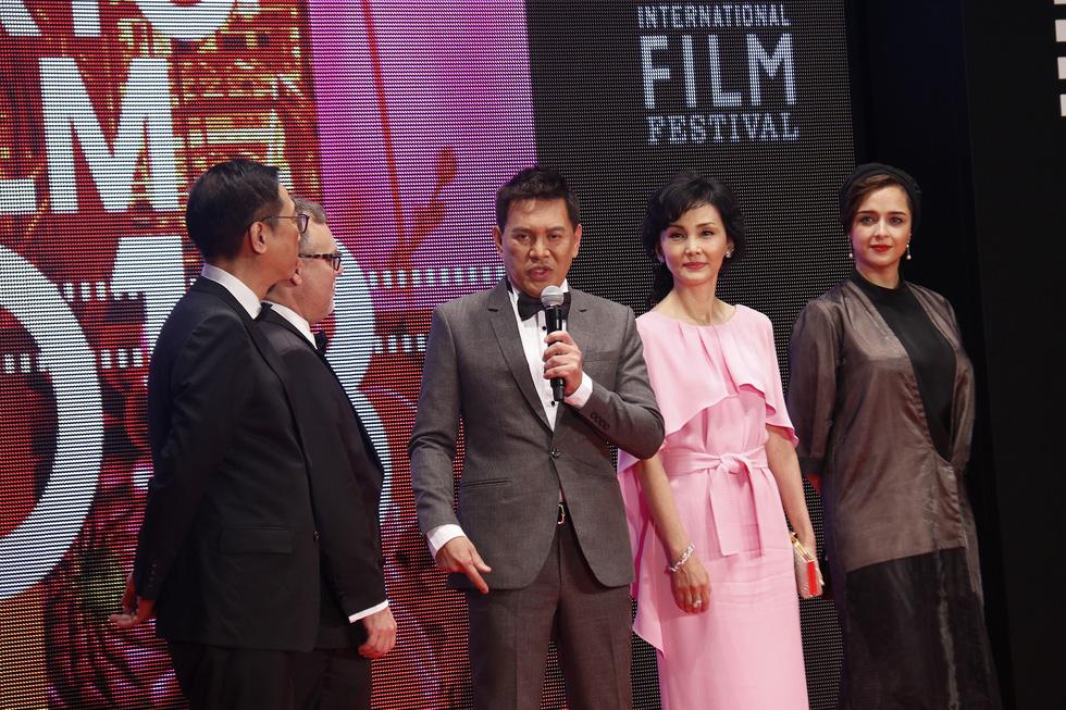 Hồng Ánh, Liên Bỉnh Phát lên thảm đỏ Liên hoan phim Tokyo - Ảnh 8.
