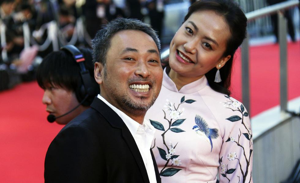 Hồng Ánh, Liên Bỉnh Phát lên thảm đỏ Liên hoan phim Tokyo - Ảnh 1.