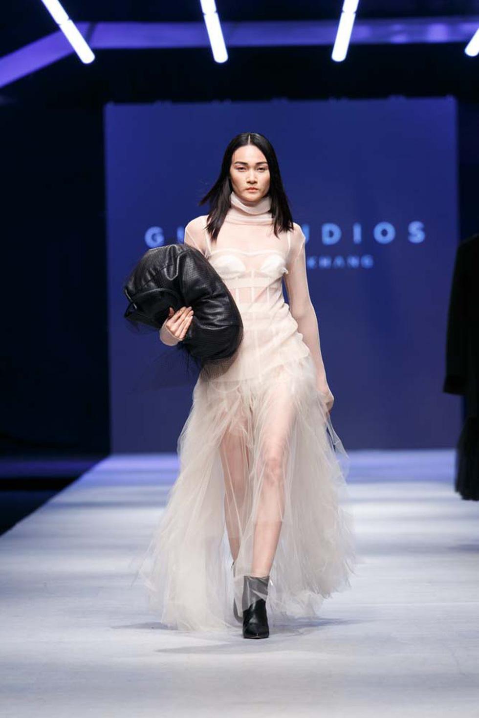 Lan Khuê, Lệ Nam mở màn Tuần lễ thời trang quốc tế Việt Nam - Ảnh 16.