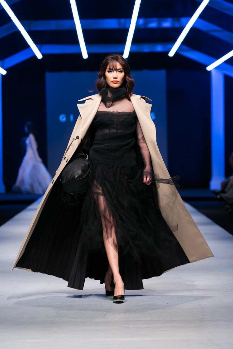 Lan Khuê, Lệ Nam mở màn Tuần lễ thời trang quốc tế Việt Nam - Ảnh 1.