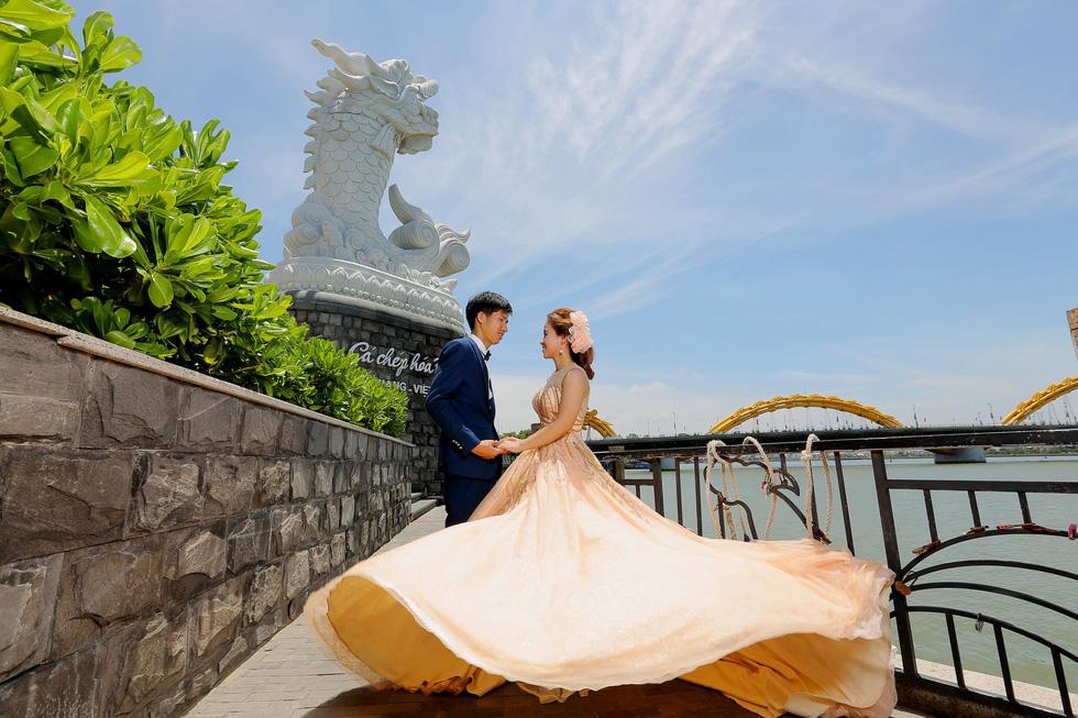 Giới trẻ ùn ùn kéo đến Đà Nẵng chụp ảnh cưới cuối tuần - Ảnh 1.
