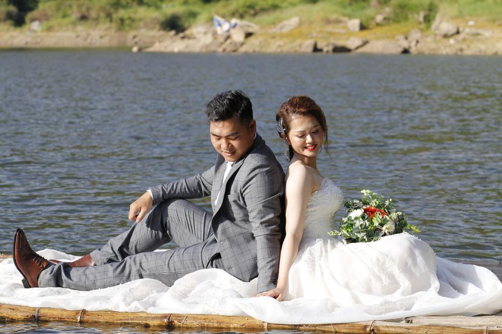 Giới trẻ ùn ùn kéo đến Đà Nẵng chụp ảnh cưới cuối tuần - Ảnh 12.
