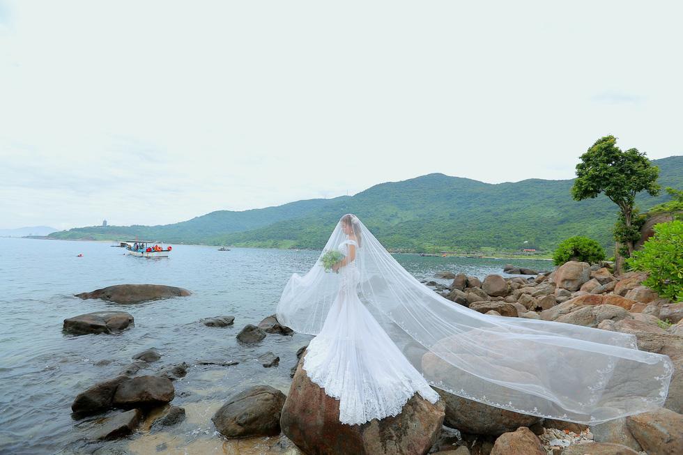 Giới trẻ ùn ùn kéo đến Đà Nẵng chụp ảnh cưới cuối tuần - Ảnh 13.